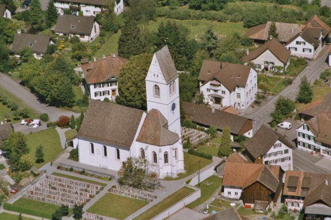 Evangelische Kirche Gachnang mit Friedhof, Pfarrhaus (1836) und Kirchgemeindehaus (1991): Luftansicht August 2004