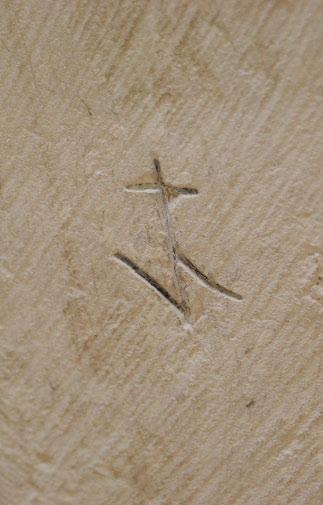 Chorbogen: Steinmetzzeichen über dem Schalldeckel der Kanzel